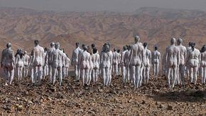 Israele, in 200 nudi davanti al Mar Morto per sensibilizzare sui cambiamenti climatici