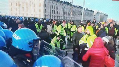 """Porto di Trieste, idranti in azione per lo sgombero in corso. Resistenza dei No Green Pass dopo essere stati inginocchiati in preghiera: """"La gente come noi non molla mai"""""""