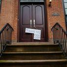 Coronavirus, New York in pausa si siede davanti casa: a Brooklyn è il gradino ora il posto dove stare