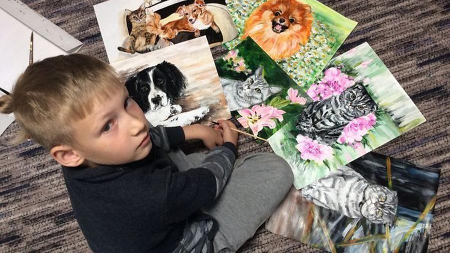 """A 9 anni dipinge animali domestici e """"vende"""" i ritratti in cambio di cibo per gli ospiti del canile"""
