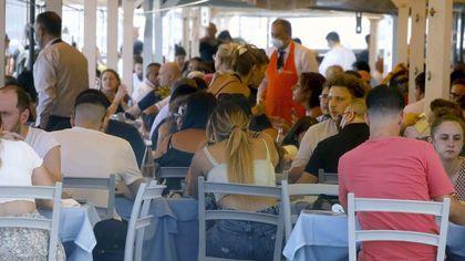 Napoli, turisti sul lungomare e in piazza del Plebiscito
