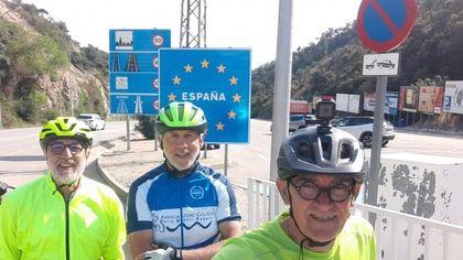 """Tre amici in bici da Milano a Gibilterra, l'avventura per beneficenza: """"Così abbiamo comprato il pullmino per l'associazione disabili"""""""
