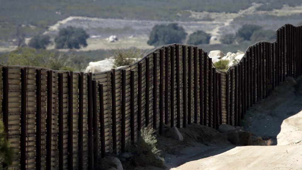 Usa-Messico, un reticolato al posto del muro - La Stampa