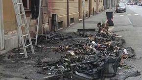 Cassonetti a fuoco in via Marengo, danni anche alla facciata di un palazzo