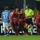 Mexes cerca di aggredire l'arbitro