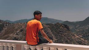 """Baby Gang, il rapper delle polemiche presenta il video di """"Casablanca"""": nel finale un gommone diretto verso l'Europa"""