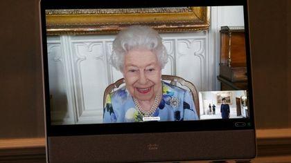 Regno Unito, dopo il lutto per la morte di Filippo la regina Elisabetta torna al lavoro. E sorride