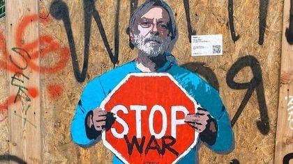 """Gino Strada sui muri di Milano con il cartello """"Stop war"""": l'omaggio di TvBoy al fondatore di Emergency"""