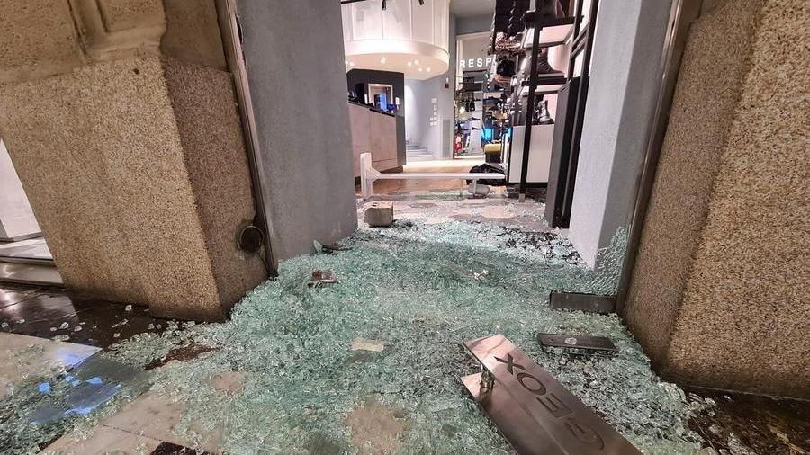 Rabbia, saccheggi e devastazione in centro a Torino. Guerriglia urbana nelle strade