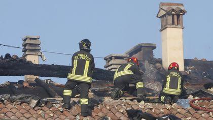 L'incendio nel palazzo storico in centro a Bologna: i vigili sul tetto, i residenti fuori casa, i soccorsi