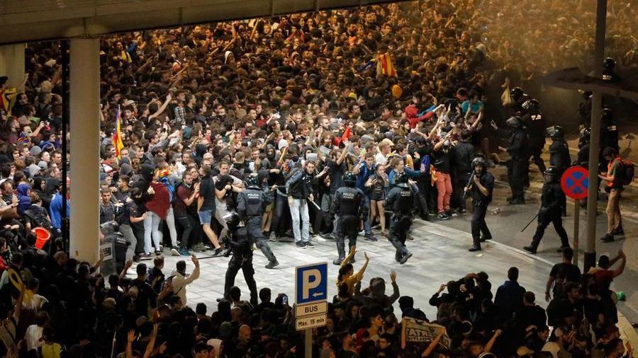 Un secolo di carcere per gli indipendentisti. Proteste e cariche all'aeroporto di Barcellona – La Stampa