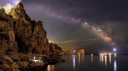 Capri, notte d'incanto con i Faraglioni e la via Lattea
