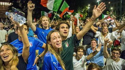 Italia-Inghilterra, Milano in piazza esulta per gli azzurri. Piazza Duomo invasa, tuffi nei Navigli
