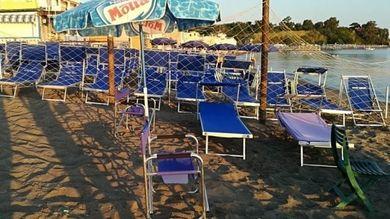 Ombrelloni Da Spiaggia Napoli.Ischia Stretta Sui Furbetti Dell Ombrellone Sequestrati 150