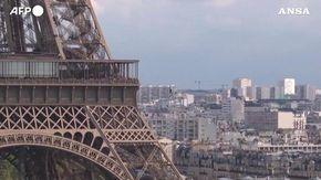 Parigi, l'impresa di Nathan Paulin: una camminata nel vuoto tra la torre Eiffel e il teatro de Chaillot