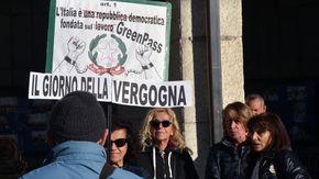 Un centinaio di persone si sono radunate sotto Palazzo regionale, ad Aosta, per protestare contro il Green Pass
