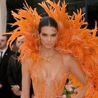 Un tocco di arancione nel guardaroba copiando Kendall Jenner. Per un'estate vibrante
