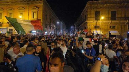 Palermo in festa per gli azzurri: caroselli e cori in centro