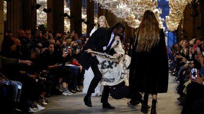 Louis Vuitton, la protesta ambientalista irrompe alla sfilata