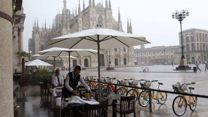 Maltempo, è allerta arancione: violento temporale a Milano, tempesta di grandine nel Varesotto