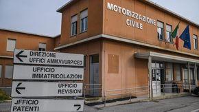 Pagavano 700 euro per farsi aiutare ai quiz della patente: due denunciati, caccia ai complici