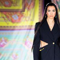 Versace sfila a Milano: in passerella le star, da Dua Lipa  a Lourdes Leon