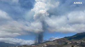 Canarie, erutta il vulcano sull'isola di La Palma, la terra trema: lo spavento di una testimone mentre filma il getto