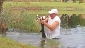 Fuma un sigaro e salva un cagnolino da un coccodrillo in modo che il pensionato diventi una star del web