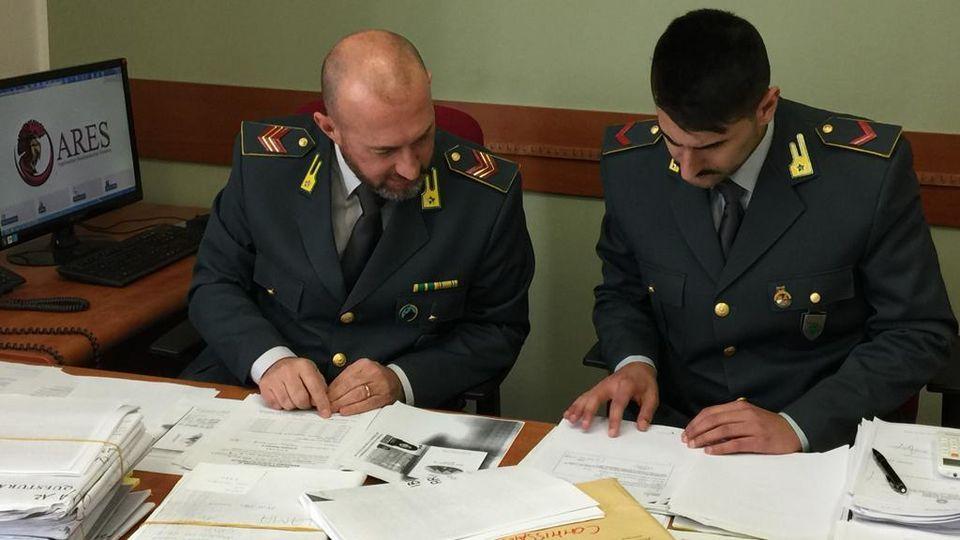 Permessi di soggiorno falsi a Milano: arrestati anche un ...