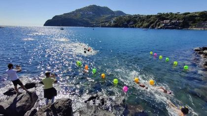 Ischia, festa del nuoto in mare aperto con la traversata di Nettuno