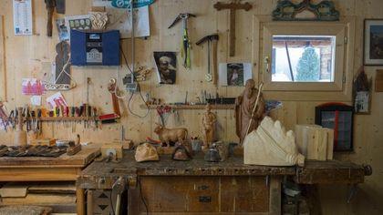 Manuel, giovane scultore e falegname che esalta la tradizione