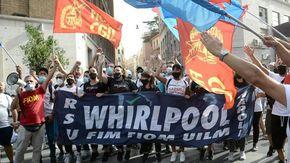 """Whirlpool conferma i licenziamenti, lettere dal 22 ottobre. Il sindacato: """"Una porta in faccia ai lavoratori"""""""