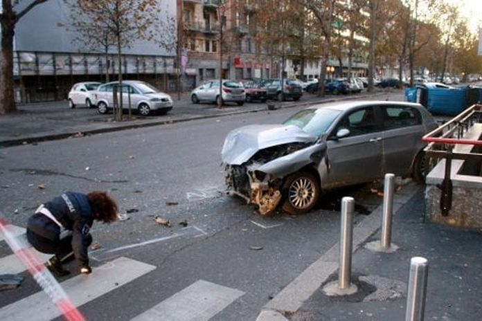 Milano, scappa dopo l'incidente con 5 ragazzi feriti: la fuga del pirata nei video delle telecamere