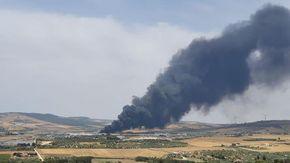 Fiamme in una discarica di Matera: una nube nera altissima diretta verso Altamura