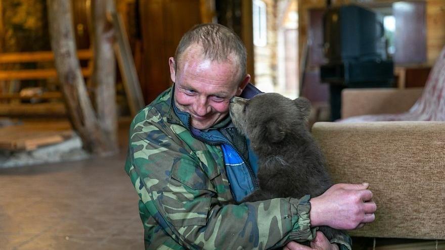Così un contadino ha salvato la vita a un cucciolo di orso che le autorità volevano sopprimere