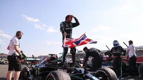 Insulti razzisti a Hamilton sui social dopo lo scontro con Verstappen