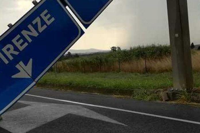 Cade cartello sulla superstrada Firenze-Pisa-Livorno: auto