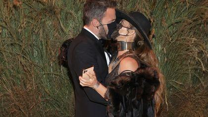 Jennifer Lopez e Ben Affleck: il bacio in pubblico al Met Gala 2021 è con la mascherina