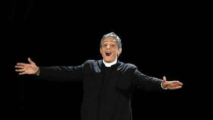 Sanremo 2020, Fiorello con l'abito di Don Matteo benedice il festival