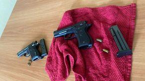 Una pistola con matricola abrasa nascosta tra addobbi natalizi, arrestato il titolare di un night