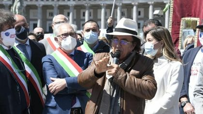 """Napoli, Al Bano in piazza con i sindaci del Sud: """"Cambiare il Recovery Plan"""""""