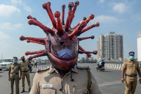 Coronavirus, India: casco a tema Covid-19. Così il poliziotto ...