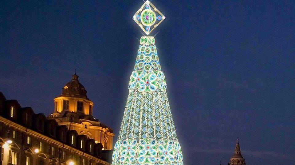 Albero Di Natale A Torino.In Piazza Castello Dal 1 Dicembre Un Albero Di 23 Metri Accanto Al Presepe Per Il Natale Di Torino La Stampa
