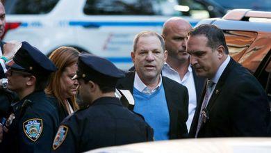 Caso Weinstein, il produttore si consegna alla polizia: