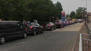 File per la benzina nel Regno Unito: automobilisti preoccupati per gli approvvigionamenti