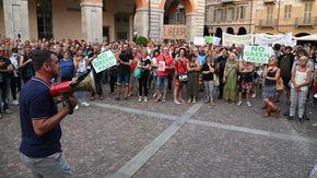 In 300 hanno contestato il green pass e inneggiato con slogan alla libertà
