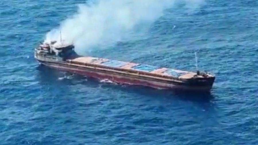 Mercantile russo in fiamme al largo della Sicilia: messi in salvo i 12  membri dell'equipaggio - La Stampa