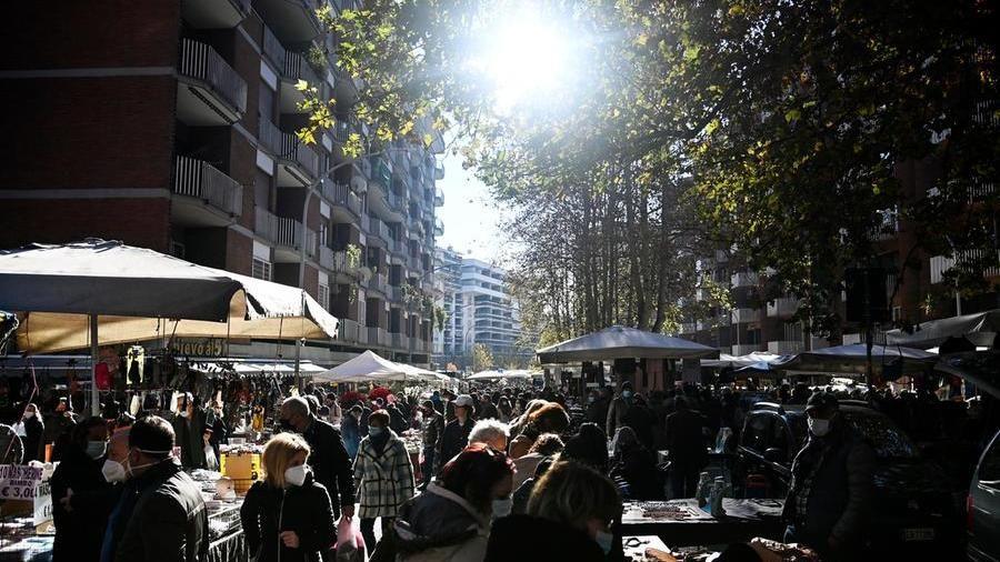Covid, ritorno a ristoranti  e shopping: da Torino a Napoli folla in centro. Chiusa Fontana di Trevi