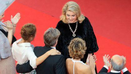 Cannes, Catherine Deneuve sul tappeto rosso. Prima uscita dopo la malattia