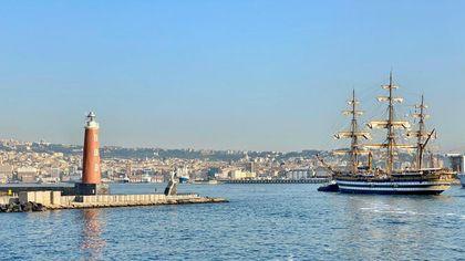Napoli, il fascino del Vespucci al Molo Angioino